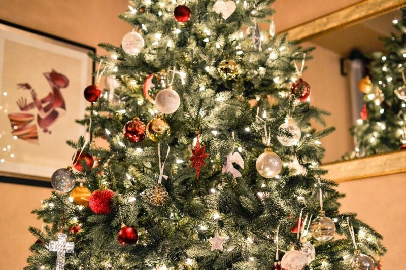 Alberi di natale con ornamenti
